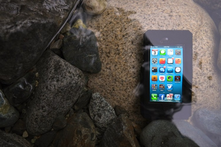 timeless design acaa9 b0345 iPhone Survives 7 Hours Underwater Without Waterproof Case | Fly ...
